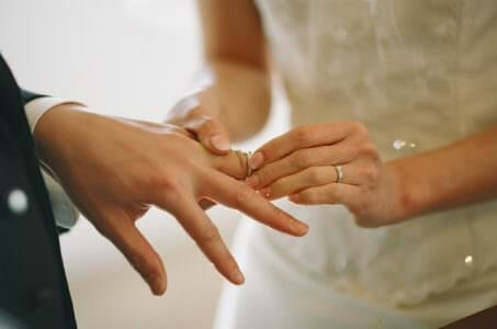 お金を払ってまで結婚したい?